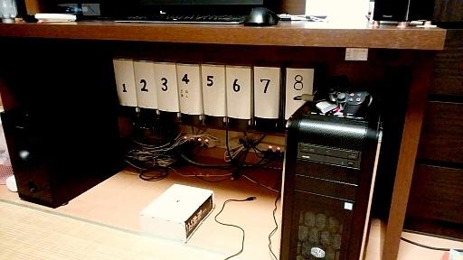 机の下の棚も有効活用.jpg
